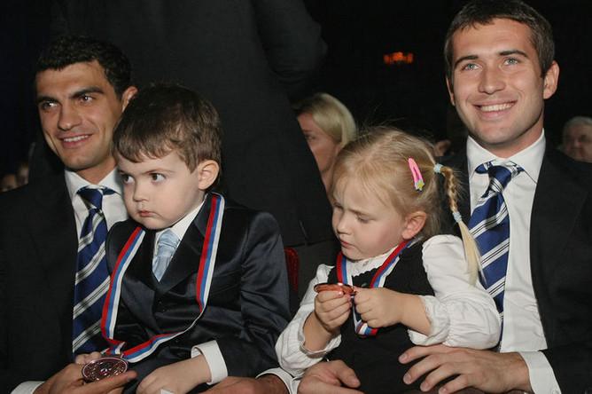 Футболисты Владимир Габулов с сыном и Александр Кержаков с дочерью на торжественной церемонии вручения бронзовых медалей чемпионата России-2008 футбольному клубу «Динамо» во Дворце спорта «Лужники», 2009 год