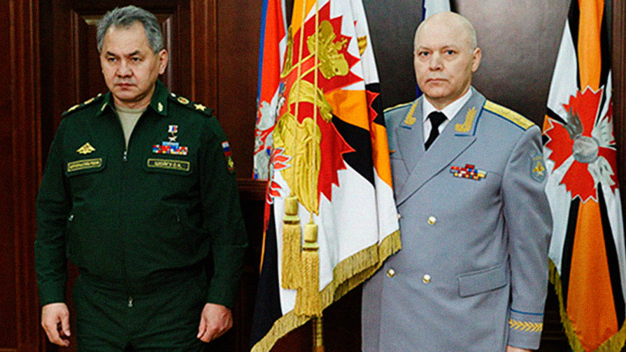 Министр обороны России Сергей Шойгу и начальник ГРУ Игорь Коробов во время получения личного штандарта ГУ Генштаба Вооруженных сил, февраль 2016 года