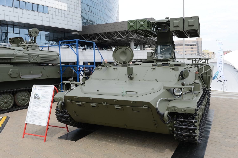 На первый взгляд – зенитный ракетный комплекс малой дальности «Стрела-10СВ». На самом деле – белорусский ЗРК МД «Трио». Способен вести огонь ЗУР Р-60БМ (9М37, 9М333).