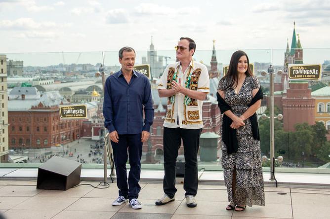 Режиссер Квентин Тарантино (в центре) во время фотосессии в Москве, 7 августа 2019 года