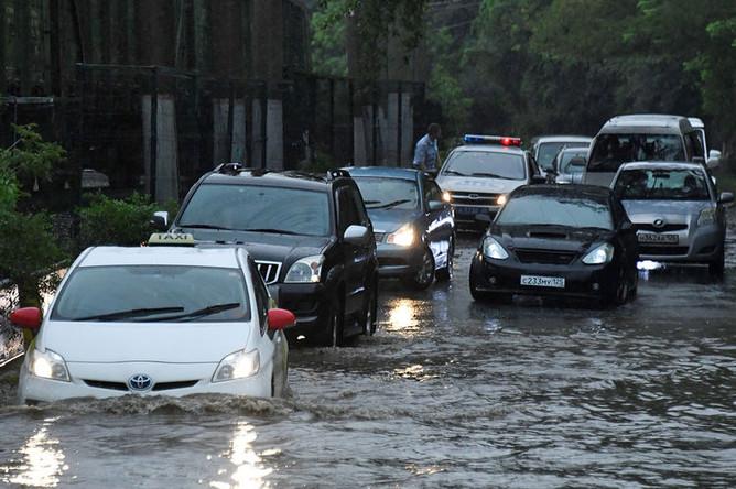 Автомобили на одной из улиц Владивостока после сильных дождей, 28 августа 2019 года