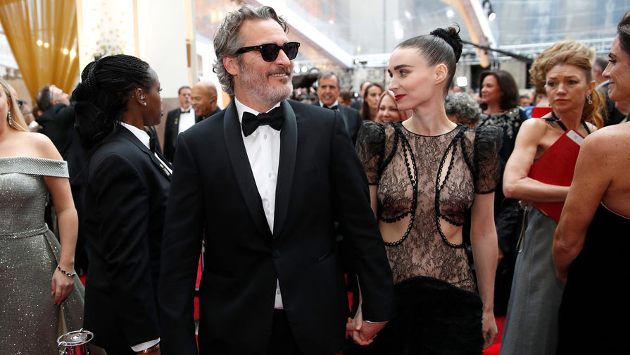 С конца 2016 года актриса Руни Мара в отношениях с актером Хоакином Фениксом. Летом 2019 года пара объявила о помолвке. На фото пара на церемонии вручения наград премии «Оскар», 2020 год