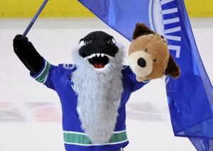Талисман «Ванкувера» бородатая касатка Фин показывает голову мишки