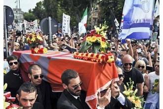 Фанаты «Лацио» похоронили «Рому» после победного финала кубка Италии.