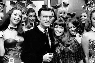 Хью Хефнер с подругой Барбарой Бентон в окружении «зайчиков» в клубе Playboy, Лондон, 1969 год