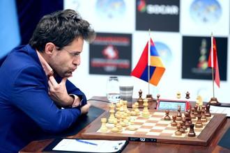 Армянский гроссмейстер Левон Аронян думает над ходом в третьей партии финала Кубка мира по шахматам