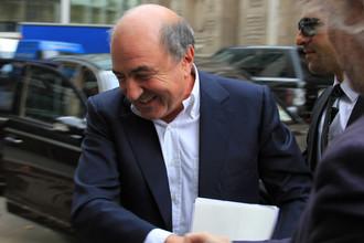 Борис Березовский у здания Высокого суда Лондона перед дачей показаний в рамках процесса по иску к Роману Абрамовичу, 2011 год
