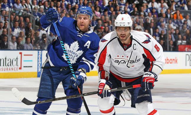 Александр Овечкин (справа) снова забил, но «Вашингтону» это опять не помогло