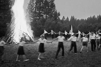 Пионеры у вечернего костра в пионерском лагере для детей работников Слюдянского рудоправления, 1961 год