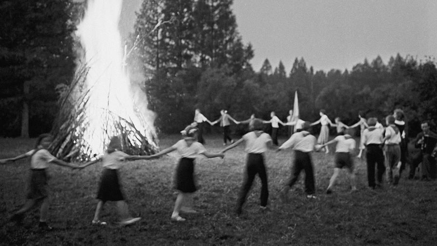 Пионеры у вечернего костра в пионерском лагере для детей работников Слюдянского рудоправления, 1961...