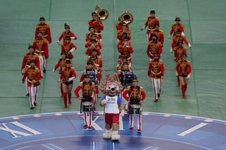 Символ чемпионата мира 2018 года в России волк Забивака гордо шествует во главе красивых барабанщиков на церемонии закрытия Кубка конфедераций – 2017