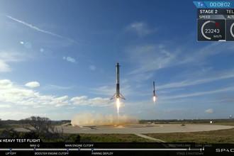 Во время запуска ракеты-носителя Falcon Heavy компании Илона Маска SpaceX с мыса Канаверал во Флориде, 6 февраля 2018 года
