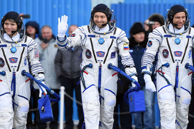 Члены основного экипажа МКС-58/59 (справа налево): астронавт Канадского космического агентства Давид Сен-Жак (Канада), космонавт «Роскосмоса» Олег Кононенко (Россия) и астронавт НАСА Энн МакКлейн (США) перед стартом ракеты-носителя «Союз-ФГ» с пилотируемым кораблем «Союз МС-11» на космодроме «Байконур», 3 декабря 2018 года