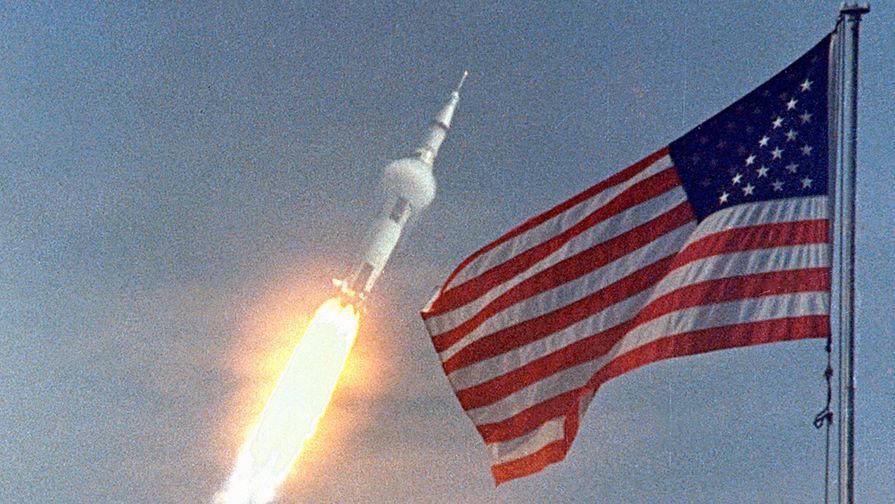 Запуск ракеты «Сатурн-5» с пилотируемым кораблем «Аполлон-11» с территории космического центра Кеннеди во Флориде, 16 июля 1969 года