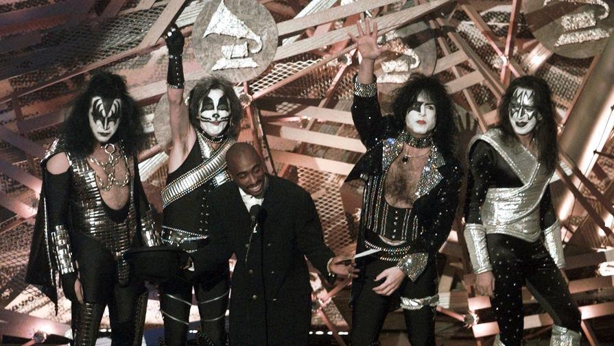 Рок-группа KISS и рэпер Тупак Шакур на церемонии награждения Grammy Awards в Лос-Анджелесе, 1996 год