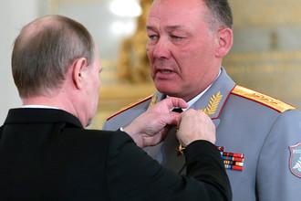 Владимир Путин награждает медалью «Золотая звезда Героя России» Александра Дворникова в Кремле