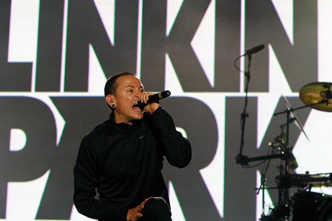 Вокалист Linkin Park Честер Беннингтон во время музыкального фестиваля в Лиссабоне, 2008 год