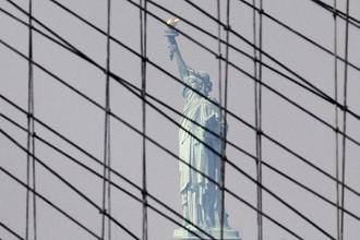 Вид на статую Свободы с Бруклинского моста в Нью-Йорке