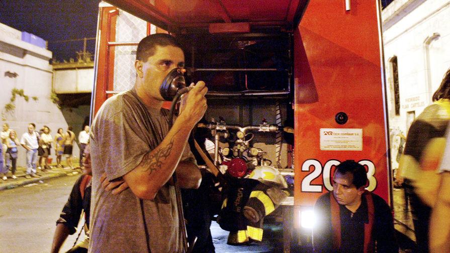 Последствия пожара в ночном клубе «Республика Кроманьон» в столице Аргентины...