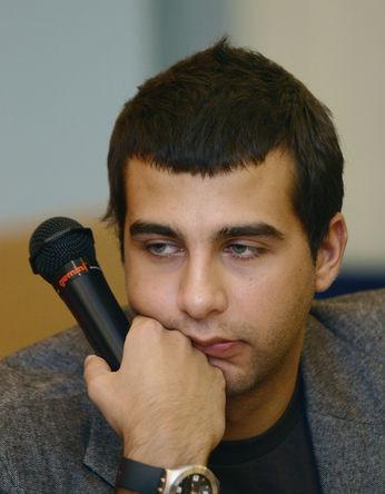 Ведущий Иван Ургант во время пресс-конференции в Москве, 2003 год