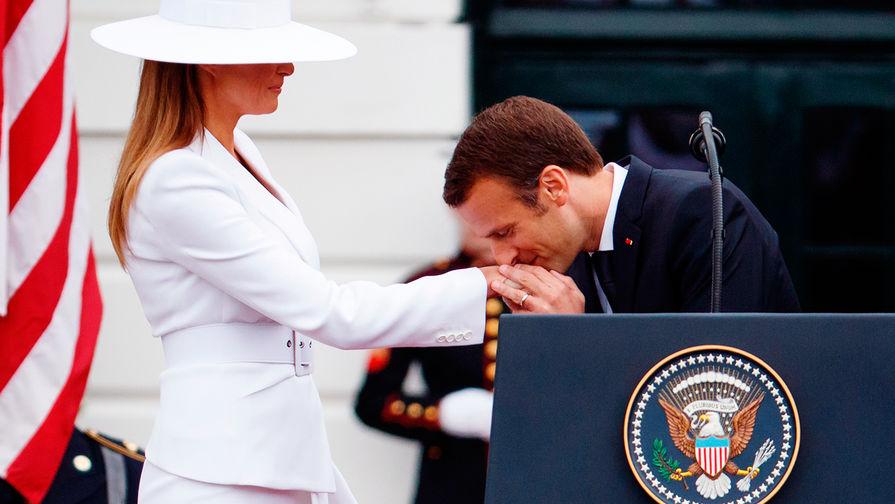 Первая леди США Меланья Трамп и президент Франции Эммануэль Макрон во время встречи в Белом доме в...