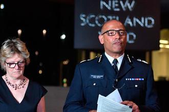 Главный врач Великобритании профессор Салли Девис и глава контртеррористического подразделения Скотленд-Ярда Нил Базу во время пресс-конференции в Лондоне, 4 июля 2018 года