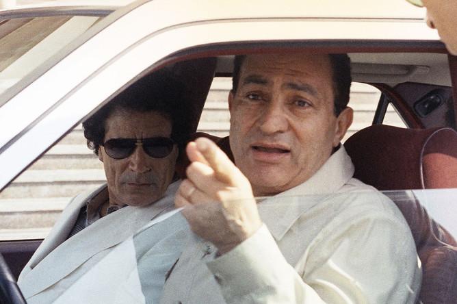 Президент Египта Хосни Мубарак за рулем белого «Мерседеса» во время экскурсии по Каиру для ливийского лидера Муаммара Каддафи, 1990 год