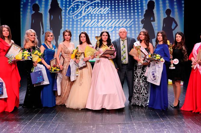 Победительница конкурса «Краса полиции» в Курской области Ирина Ходыревская с другими участницами