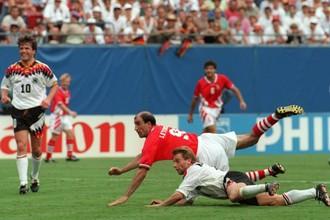 Йордан Лечков забивает победный гол в ворота сборной Германии в матче 1/4 финала ЧМ-1994 в США
