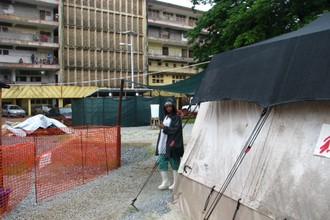 Палатка, в которой лежат больные лихорадкой Эбола