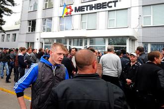 Участники митинга у здания администрации «Краснодонугля», входящего в группу компании «Метинвест», 2014 год