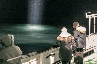 Поисковые работы в море около Баренцбурга на Шпицбергене после пропажи российского вертолета, 26 октября 2017 года