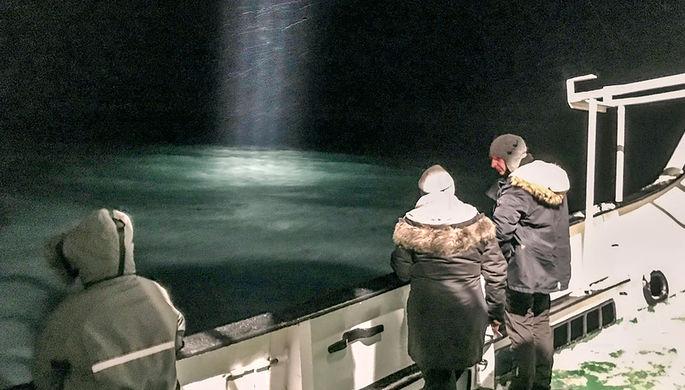 Поисковые работы в море около Баренцбурга на Шпицбергене после пропажи российского вертолета, 26...