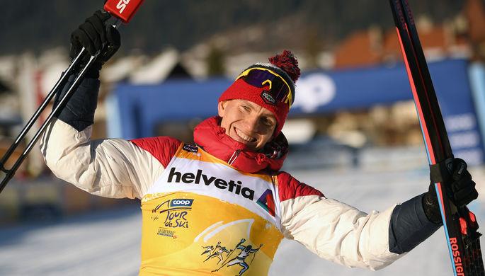 Александр Большунов (Россия), завоевавший золотую медаль в гонке преследования на 15 км классическим стилем среди мужчин на соревнованиях по лыжным гонкам «Тур де Ски» в итальянском Тоблахе, в желтой майке лидера, 1 января 2020 года