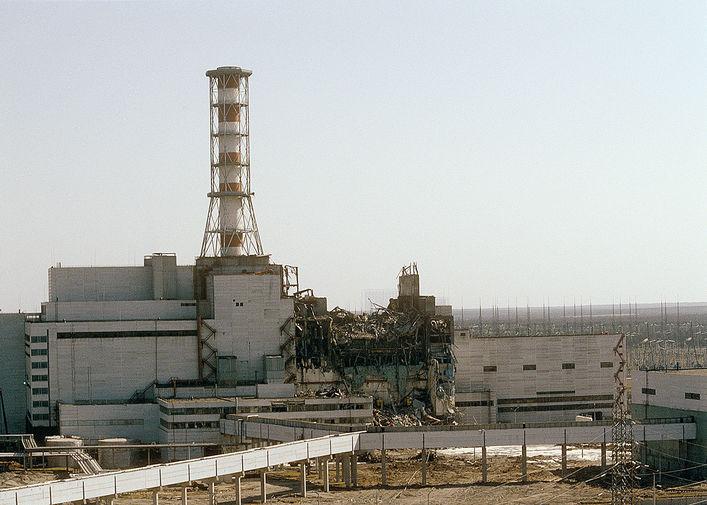 Вид на Чернобыльскую АЭС со стороны четвертого реактора, апрель 1986 года