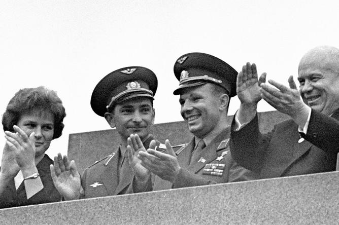 Летчики-космонавты СССР Юрий Гагарин, Валерий Быковский и Валентина Терешкова (справа налево) и первый секретарь ЦК КПСС Никита Сергеевич Хрущев во время митинга на Красной площади в Москве в честь успешного полета космических кораблей «Восток-5» и «Восток-6», 1963 год