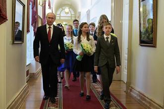 Владимир Путин во время экскурсии по Кремлю со школьниками после торжественной церемонии вручения паспортов
