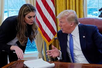 Директор Белого дома по коммуникациям Хоуп Хикс и президент США Дональд Трамп в Овальном кабинете Белого дома, январь 2018 года