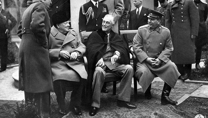 Премьер-министр Великобритании Уинстон Черчилль, президент США Франклин Делано Рузвельт и маршал СССР Иосиф Сталин во время Ялтинской конференции союзных держав, февраль 1945 года