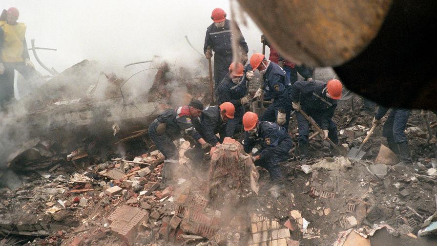 Работы по расчистке завалов на месте взрыва в жилом доме на Каширском шоссе в Москве, 14 сентября 1999 года