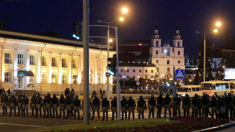 Сотрудники белорусского ОМОНа во время акций протеста в Минске во вторую ночь после выборов президента Белоруссии, 10 августа 2020 года