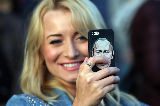 Зрительница во время праздничного концерта на Красной площади, посвященного Дню России