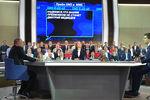 Президент России Владимир Путин, телеведущая канала «Россия 1» Татьяна Ремезова и телеведущий Первого канала Дмитрий Борисов во время «Прямой линии сВладимиром Путиным» вМоскве, 2017 год