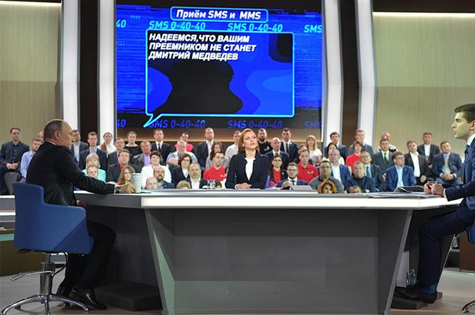 Президент России Владимир Путин, телеведущая канала «Россия 1» Татьяна Ремезова и телеведущий Первого канала Дмитрий Борисов во время «Прямой линии с Владимиром Путиным» в Москве, 2017 год