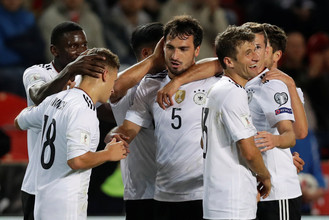 Партнеры по сборной Германии поздравляют Матса Хуммельса (№5) с победным голом