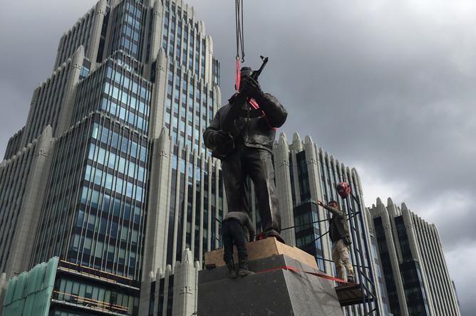 Установка памятника Михаилу Калашникову в Москве, 16 сентября 2017 года