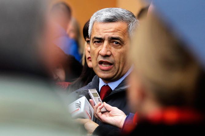 Кандидат в мэры города Косовска-Митровица Оливер Иванович около избирательного участка, декабрь 2013 года