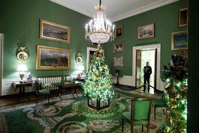 Зеленая комната Белого дома с рождественскими украшениями, 2 декабря 2019 года