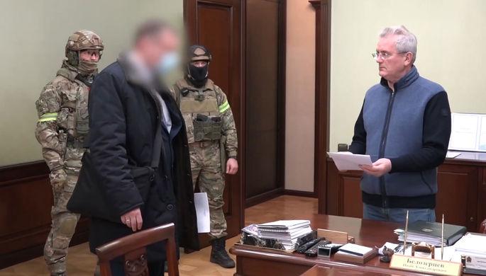 Губернатор Пензенской области Иван Белозерцев (справа) во время следственных действий в его рабочем кабинете, 21 марта 2021 года