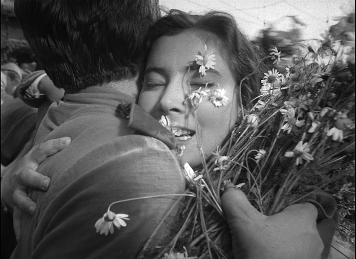 <b>&laquo;Летят журавли&raquo; (1957)</b> <br>Обладатель Золотой пальмовой ветви Каннского фестиваля фильм &laquo;Летят журавли&raquo; рассказывает, как война сломала жизни простых людей, как многие оказались не готовы к этим испытаниям, как по-разному все воспринимали происходящую на их глазах трагедию. Несмотря на весь трагизм, финал картины оптимистичен и полон надежд на мирную жизнь. Ленту высоко оценил Пабло Пикассо